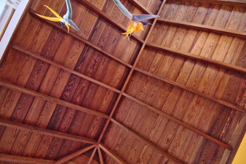 Typisch kanarisches Holzdach im Wohnzimmer