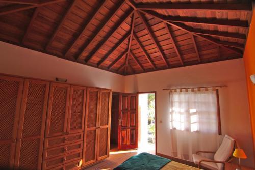 Schlafzimmer mit typisch kanarischem Holzdach